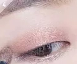 Description: How to put on eye makeup