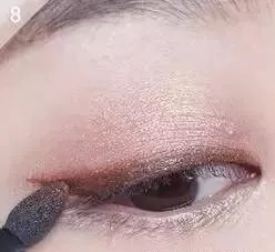Description: How to put on eye makeup